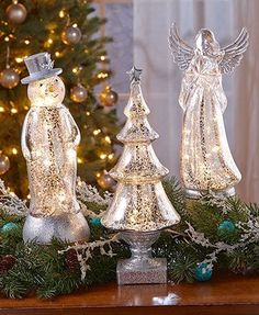 This lighted figure refreshes your winter decor with its beautiful vintage characteristics. Finished with a crackle mercury glass look, it has an expensive styl