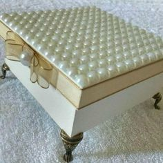 Caixa de MDF Decorada: 42 Ideias com Passo a Passo   Revista Artesanato Bead Crafts, Diy And Crafts, Shabby Chic Boxes, Decopage, Hat Boxes, Diy Box, Wooden Boxes, Mattress, Jewelry Box