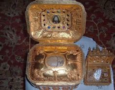 The skull of Athonite Elder Joseph of Isychastoy (+ is located in the Holy Monastery of Saint Anthony the great in Arizona Anthony The Great, Faith Of Our Fathers, Catholic Saints, Fashion Backpack, Perfume Bottles, Bling, Accessories, Icons, Byzantine