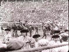 """Fotograma de """"Sangre y Arena"""" con unos extras de lujo: Maera, Belmonte y el Almendro.Cartelas 11"""