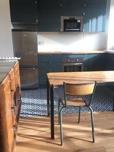 """Une cuisine qui conjugue esprit vintage et lignes sobres, imaginée par l'architecte Yaneira Wilson ! #carreauxdeciment """"Fès"""", travaillés en bicolores. www.bahya-deco.com"""