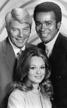Peter Graves, Greg Morris, Lynda Day George Mission Impossible 1972 - This is a beautiful picture. Mission Impossible Tv Series, Lynda Day George, Ebony Day, Peter Graves, Christopher George, Hollywood Scenes, Actor James, Vintage Tv, Vintage Black