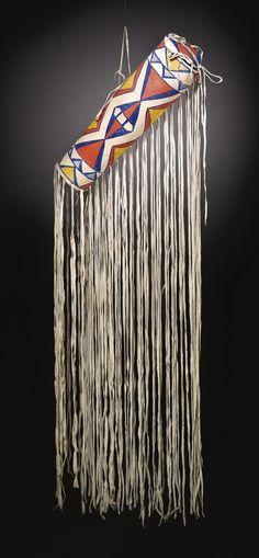 Парфлеш чехол для головного убора, Кроу. Длина без бахромы 21 дюйм. Коллекция Robert Blommer, Санта Фе. Sotheby's. AMERICAN INDIAN ART SALE.  16 Maя 2012 года.  Нью Йорк.