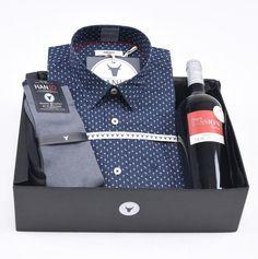 """Coffret Cadeau de Noël pour Homme """"Cru Bourgeois Bleu""""  Chemise Homme bleue à motifs imprimés exclusifs verres ballon + bouteille de vin rouge et chaussettes en fil d'écosse Hanjo, le vestiaire des épicuriens : https://hanjo.fr"""