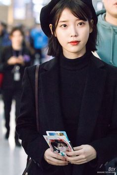 Lee Ji-eun (이지은) also known mononymously as IU (아이유) at the airport. Iu Short Hair, Iu Hair, Short Hair Styles, Iu Fashion, Kpop Outfits, Korean Celebrities, Beautiful Asian Women, Korean Actresses, Airport Style