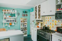 Virginia Demaria y Arsenio Molina, chef e ingeniero comercial Granny Chic, Other Rooms, Virginia, House Tours, Kitchen Decor, Kitchen Cabinets, House Styles, Inspiration, Home Decor