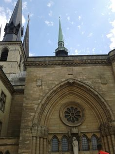 Велике Герцогство Люксембург. Собор Люксембурзької Богоматері (люксемб. Kathedral Notre-Dame) - це кафедральний римо-католицький собор,  яскравий приклад готичного стилю в архітектурі, крім цього тут є багато елементів з Епохи Відродження.