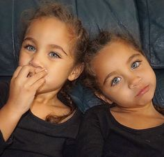 Baby twins sisters 65 new ideas Cute Little Baby, Pretty Baby, Pretty Eyes, Beautiful Eyes, Baby Love, Twin Girls, Twin Sisters, Twin Babies, Baby Twins