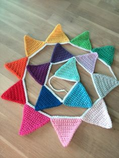 Flag line - Crochet Bunting - Regenbogen Crochet Diy, Crochet Bunting, Crochet Garland, Crochet Decoration, Crochet Amigurumi, Crochet Home, Crochet Gifts, Triangle En Crochet, Crochet Stitches