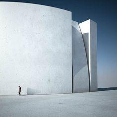 La jolie sérieWas ist Metaphysik? du photographe et designer italienMichele Durazzi, qui imagine desarchitectures minimalistes et surréalistes, combinan