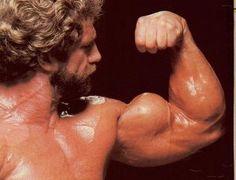 3 ejercicios para desarrollar unos grandes bíceps. Curl de bíceps con barra, Martillo con mancuernas y el Curl de bíceps concentrado con mancuerna o polea.