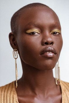 Nick Barose demonstrates four fearless bold makeup looks on the always-elegant Grace Bol, and how to recreate them at home. Bold Lip Makeup, Bold Makeup Looks, Skin Makeup, Beauty Makeup, Hair Beauty, Gold Makeup, Simple Makeup, Makeup Trends, Makeup Inspo