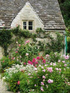 English Garden - My Garden Decor List Garden Cottage, Cozy Cottage, Cottage Homes, Cottage Style, Home And Garden, Irish Cottage, Romantic Cottage, English Country Cottages, English Country Gardens