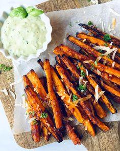 Ovengebakken wortel frietjes met pesto-mayo - Beaufood - Apocalypse Now And Then Quick Healthy Meals, Healthy Snacks, I Love Food, Good Food, Yummy Food, Pesto Mayo, Healthy Diners, Carrot Fries, Food Porn