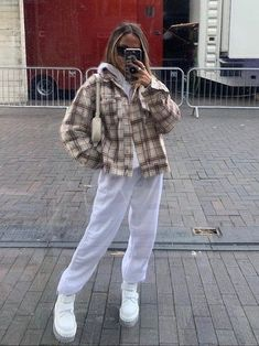 streetwear winter Aesthetic vintage art hoe trendy casual cool edgy grunge outfit fashion style idea ideas inspo inspiration for school for women winter summer beige jacket white baggy sweatpants Cute Comfy Outfits, Edgy Outfits, Grunge Outfits, Mode Outfits, Retro Outfits, Vintage Outfits, Fashion Outfits, Grunge Clothes, Chill Outfits