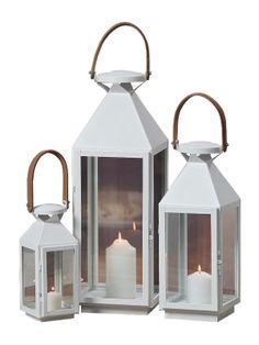 Eşti în pană de idei de cadouri sau cauţi o soluţie inedită pentru decorare, foloseşte setul de felinare Ana. Setul conţine 3 felinare metalice albe cu înălţime cuprinsă între 34 şi 54 cm.