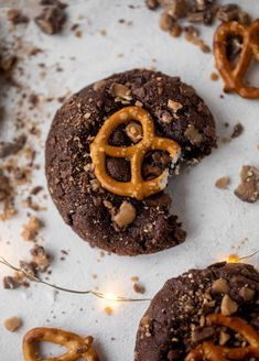 These chocolate toffee pretzel cookies are divine! They are a chewy chocolate cookie covered in toffee and topped with a salted pretzel. Chocolate Crinkle Cookies, Chocolate Crinkles, Chocolate Toffee, Chocolate Desserts, Pretzel Cookies, Toffee Cookies, Salted Pretzel, Cookie Recipes, Dessert Recipes