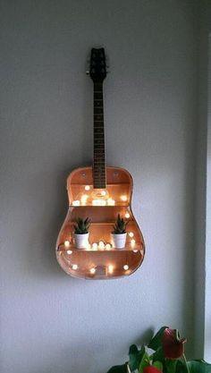 Beautiful decoration idea with an old guitar ^^- Wunderschöne deko idee mit Einer alten Gitarre ^^ Beautiful decoration idea with an old guitar ^^ - Diy Décoration, Easy Diy, Simple Diy, Guitar Shelf, Guitar Wall, Guitar Art Diy, Diy Guitar Stand, Guitar Bedroom, Diy Projects For Bedroom