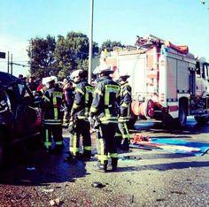 BUENOS DÍAS MUNDOOO desde TACALHUANO !!  Desde la ciudad del sur de Chile Tacalhuano, nos envía esta imagen de su equipo el compañero @Gonza_Caceres_ durante una intervención de una extricación y nos manda saludos a todos los seguidores. http://www.ambulanciasyemergencias.co.vu/2015/11/CHILE.html Buenos días Chile, buenos días mundooo...!!!  #Chile #Tacalhuano #bomberos #extricacion #emergencias