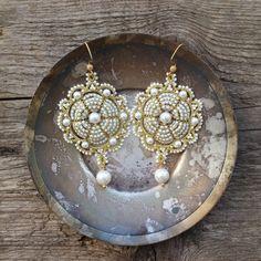 Ehi, ho trovato questa fantastica inserzione di Etsy su https://www.etsy.com/it/listing/178115023/tatted-lace-jewelry-gold-and-white