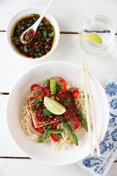 spicy laks med wokede grønnsaker og nudler