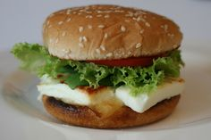 Zutaten für  Fetaburger: 15 dag Feta, 8 dag Käse, 1 Tomate, 2 Sesamsemmeln, 4 Salatblätter. Zubereitung Fetaburger: 1  Tomate in Scheiben schneiden. 4… Feta Salat, Chicken, Ethnic Recipes, Food, New Recipes, Tomatoes, Food Food, Meal, Eten
