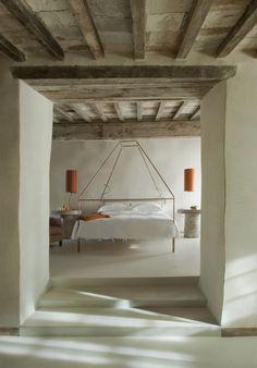 Hotelzimmer verputzte-Wände Schlafzimmer-Bett Wäsche-nachttischlampe-Monteverdi