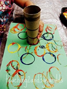 Easy Toddler Circle Painting - Teaching 2 and 3 Year Olds: Circles from Tubes - Kids Crafts, Daycare Crafts, Preschool Activities, Crafts For 2 Year Olds, 2 Year Old Activities, Preschool Teachers, Circle Crafts Preschool, Easy Toddler Crafts 2 Year Olds, 3 Year Old Preschool