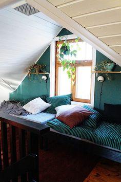 Yläkerran vihreä aula, itsetehtyyn neljämetriä pitkään sohva/sänkyyn mahtuu nukkumaan kaksi vierasta.