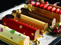 25 best log cakes and desserts for Christmas 2014 Fancy Desserts, Gourmet Desserts, Cookie Desserts, Sweets Recipes, Christmas Log Cake, Christmas Cake Designs, Christmas Sweets, Swiss Roll Cakes, Cake Decorating Designs