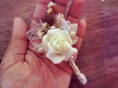 Linda lapela com flor branca, perfeita para noivos que tem muito estilo e personalidade.