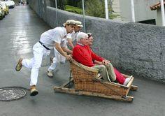 Vom Villenvorort Monte geht's per Korbschlitten vier Kilometer bergab. - Foto: dpa, Madeira, Portugal