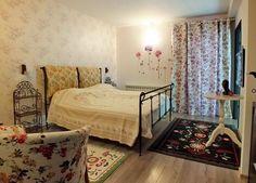 Bran-Predelut vila - dormitor floral Bed, Floral, Furniture, Home Decor, Decoration Home, Stream Bed, Room Decor, Flowers, Home Furnishings