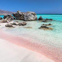Altijd als ik bij Ellotis Villas op Kreta ben, probeer ik ook een bezoekje te brengen aan #Elafonissi. Hier vind je één van de mooiste stranden van Kreta. Het zand is op sommige stukken roze gekleurd door resten van schelpen en koraal. Wat een prachtig gezicht!  #elizawashere #kreta #griekenland #strand