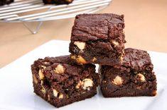 Шоколадные брауни с орехами https://foodmag.me/shokoladnye-brauni-s-orehami  Время приготовления: 60 мин. Сложность приготовления: Просто Количество порций: 1 Количество ингредиентов: 10  Ингредиенты: зернышики из одного стручка ванили. коричневый сахар демерара – 150 г. кофе растворимый – 2 ч. л.,. масло сливочное – 200 г. мука пшеничная – 250 г. соль морская – 1 щепотка. фундук – 80 г. шоколад белый – 200 г. шоколад темный (содержание какао-бобов 70%) – 300 г. яйцо – 2 шт.  Этапы…