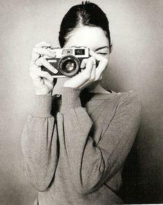 sofia coppola + camera + self + portrait Sofia Coppola, Oscar Wilde, Por Tras Das Cameras, Girls With Cameras, Black And White Photography, Polaroid, Beauty, Beautiful, Cheese