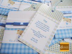 Convite impresso em couche fosco | Fita de cetim e laço chanel | Cordão colorido | Saquinho plástico individual | Adesivo para fechar.