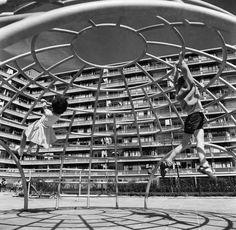 Kinderen spelen op een Aldo van Eyck iglo in Osdorp, ca. 1963. Cas Oorthuys / Nederlands Fotomuseum – Nieuw West Express