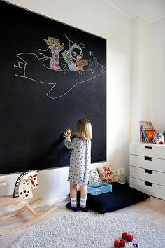 Een krijtbord op de kinderkamer is niet alleen heel decoratief maar ook leuk voor de kinderen om mee te spelen. Zo kunnen ze zelf hun eigen kamer versieren! Daar kunnen ze lekker uren mee zoet mee zijn! Mocht je kind nog niet zo goed kunnen tekenen dan ...