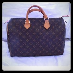 LV LOUIS VUITTON MONOGRAM SPEEDY 35 W LOCK KEY Excellent condition, see photos. Clean inside and outside, no stains. Perfect size for every day. Classic monogram that goes with everything. Always in style. Lock and keys included. No dustbag. Louis Vuitton Bags Satchels