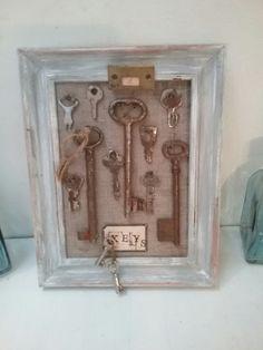 Chiavi. Quadretto con cornice di recupero e antiche chiavi