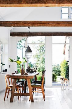 We're continuing our summer escape visits with this beautiful countryside cottage in Denmark. Fashion designer Bente Houmann Andersen…