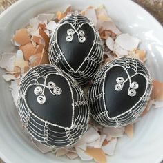 černé srdce Egg Tree, Egg Decorating, Wire Art, Easter Eggs, Three Dimensional, Handmade, Crafts, Luxury, Skeletons