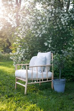 discarded twigs and branches turned into patio furniture :) Outdoor Sofa, Outdoor Spaces, Outdoor Living, Small Gardens, Outdoor Gardens, Farmhouse Outdoor Decor, Cottage Style Homes, Outside Living, Cool Chairs