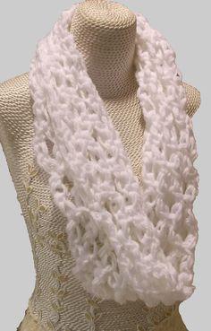 Infinity Scarf Super Chunky White Soft Shoulder por AtelierRaniera