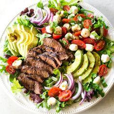 This Caprese Steak Salad screams summer! Balsamic marinated Flat Iron Steak, tomatoes, mozzarella, avocado, and Salad Recipes For Dinner, Dinner Salads, Healthy Salads, Healthy Eating, Healthy Recipes, Healthy Food, Dinner Healthy, Healthy Chicken, Keto Dinner