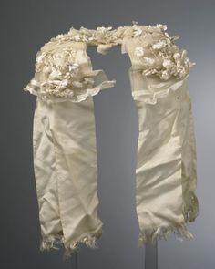 poffer uit het land van Maas en Waal, Horssen Poffer of toer opgemaakt met wit linnen bloemen en tule, met zijden linten die aan het uiteinde uitgerafeld zijn tot korte franje. #Gelderland #LandMaasWaal