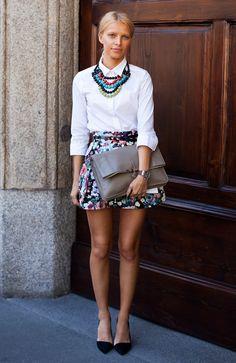 Ideal para este lunes: camisa blanca, falda a flores, maxi-collar, cartera gris y zapatos negros