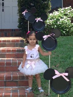 Minnie Mouse Yard Decorations! Cute #DisneySide Party Idea!