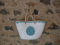 Capazo pintado a mano con crochet
